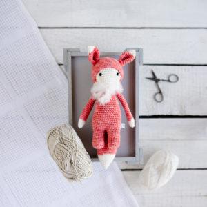 Horgolt baba rókajelmezben